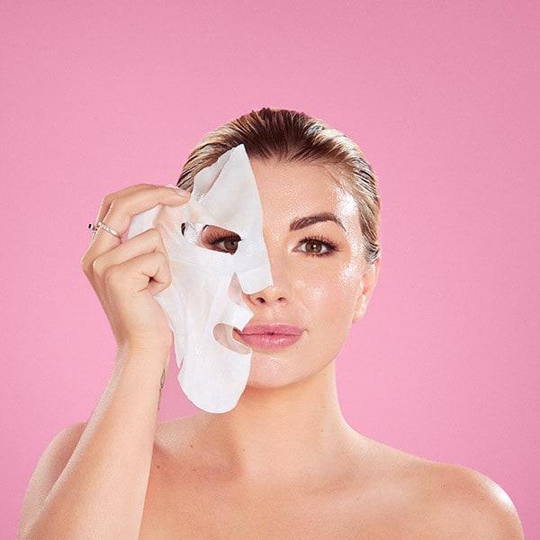 Lakštinės kaukės užkariavo merginų kosmetines. Kokia populiarumo priežastis?