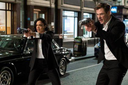 """Į kino teatrus su trenksmu grįžta """"Vyrai juodais drabužiais"""": W. Smithą keičia Ch. Hemsworthas"""