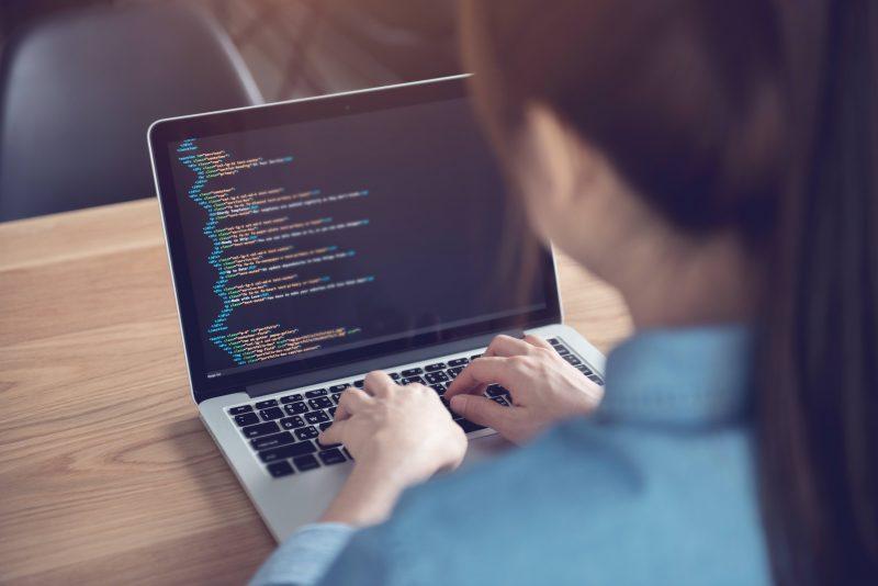 Jaunimas siekia daugiau: mokosi programuoti, nes magistro finansuose negana