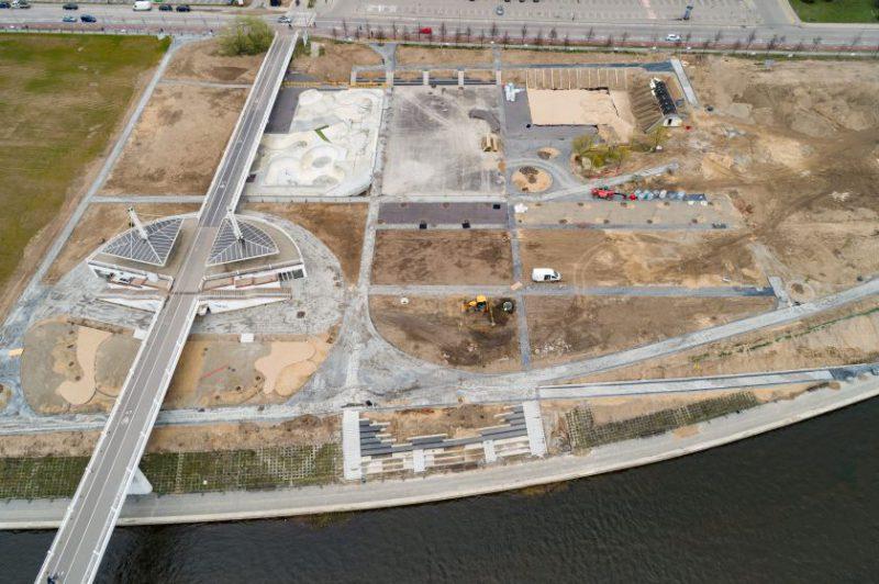 Atnaujinamam aikštynui prie Baltojo tilto – šimtai sunkvežimių smėlio ir želdynų grunto