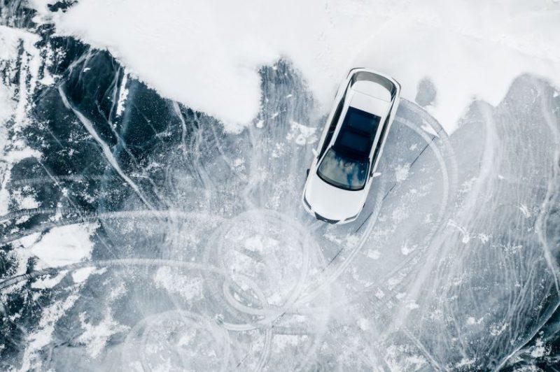 """""""Lexus"""" automobilių galimybės išbandytos ant užšalusio Baikalo ežero stingdančiame Sibire"""