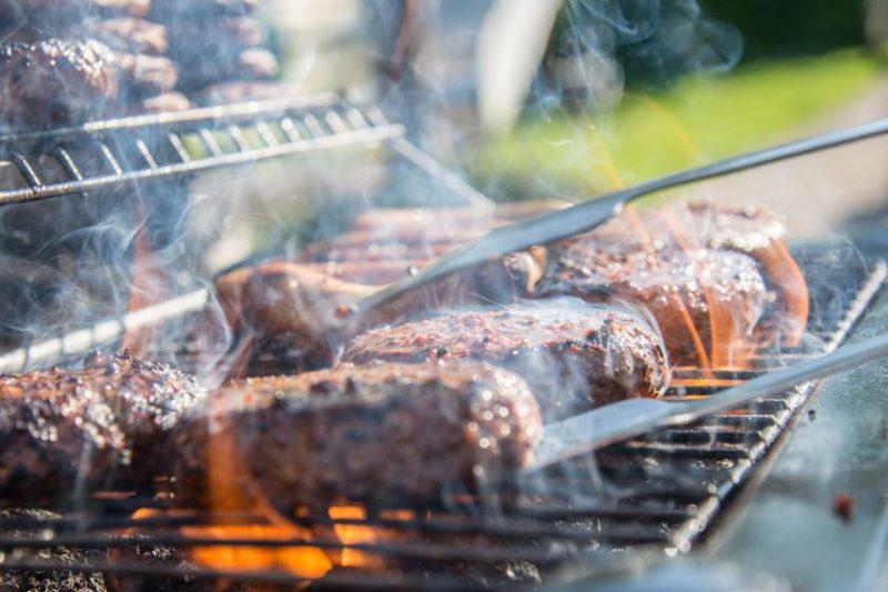 Grilio vakarienė gamtoje: lengvai užkurti ugnį ir neperkepti mėsos padės jūsų išmanusis