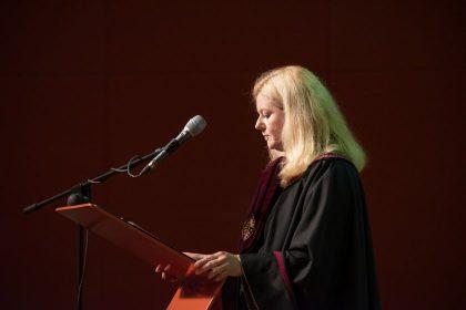 Vytauto Didžiojo universiteto absolventams gyvoje ceremonijoje buvo įteikti diplomai