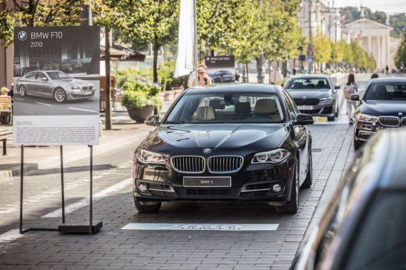 Pagrindinėje sostinės gatvėje – septynių BMW 5 serijos kartų ekspozicija ir galimybė iš arti apžiūrėti atnaujintą 2020-ųjų penktuką