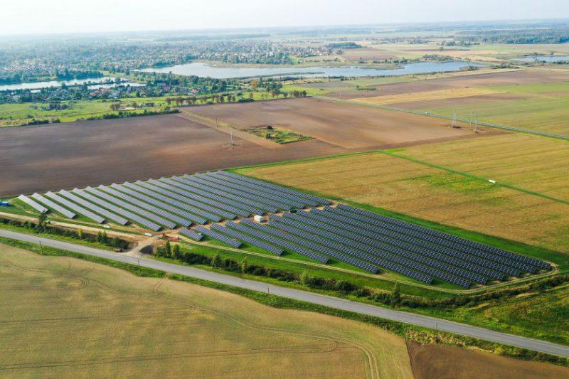 Vienas didžiausių saulės elektrinių parkų Lietuvoje pradėjo veikti mėnesiu anksčiau