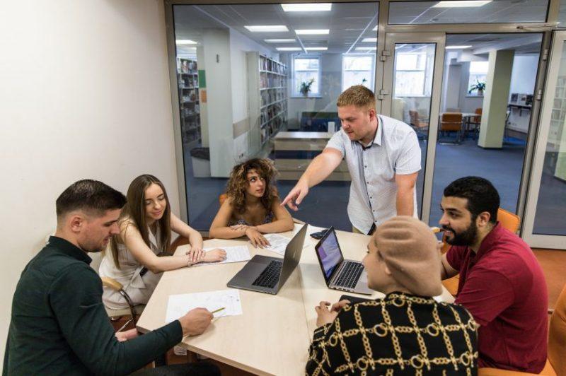 Studijos šalia namų, bet lyg užsienyje: tarptautinė aplinka, ekspertai iš viso pasaulio ir profesija, įgyta anglų kalba