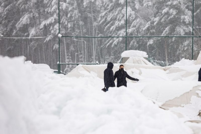 Neatlaikęs sniego sankaupos Pilaitėje subliuško pripučiamas futbolo maniežas