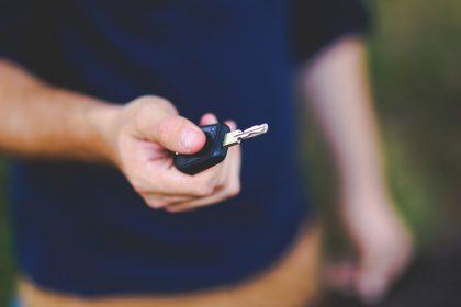 Užsitrenkė automobilis, raktai viduje? Štai ką reikia daryti